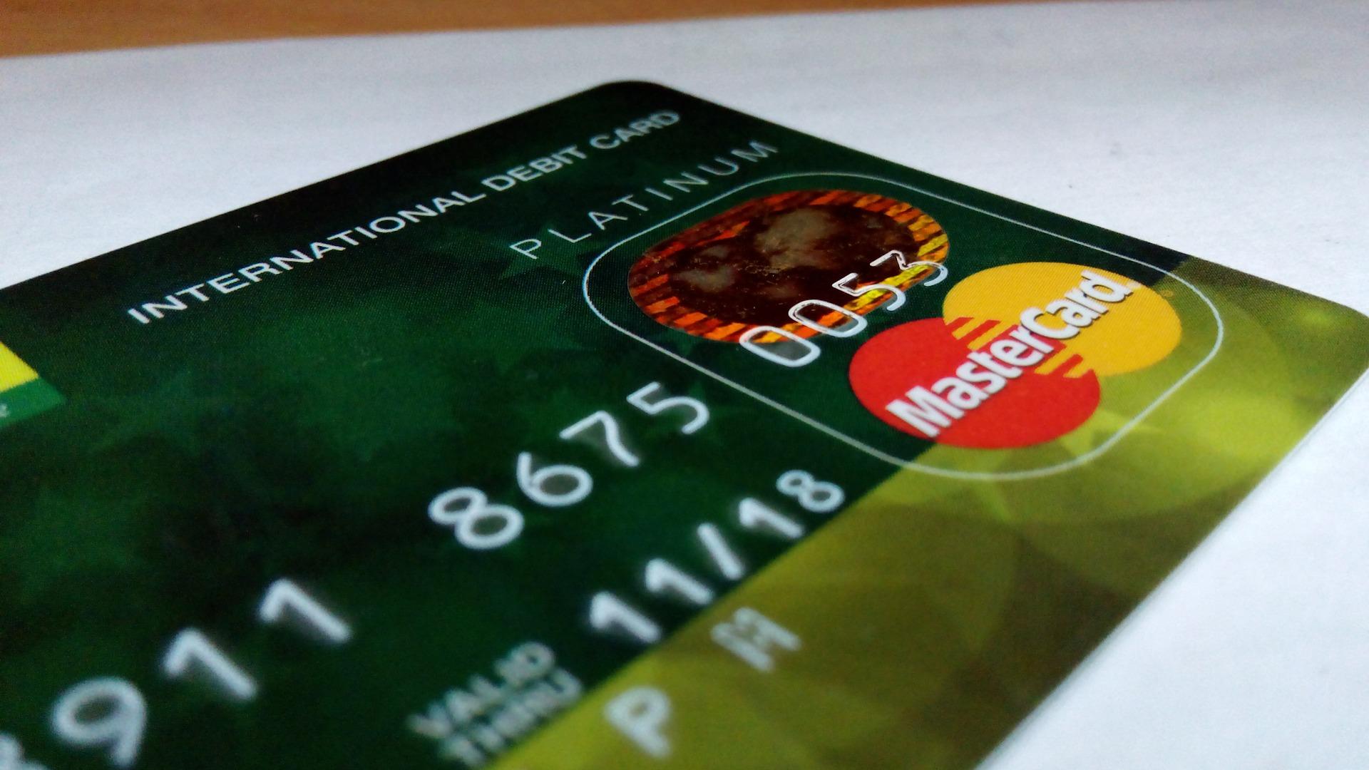 lenyúlta a bankkártyát