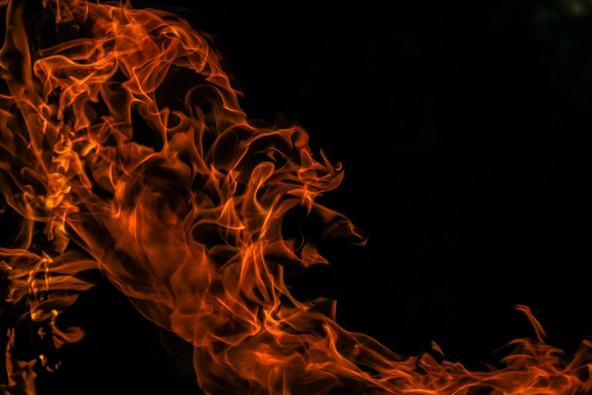 meggyújtotta