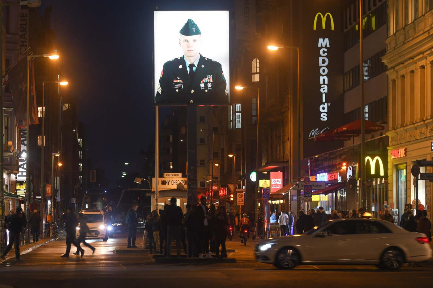 Amerikai katona arcképe jelent meg az egykori amerikai ellenőrzőpont, a Checkpoint Charlie helyén, ahol egykor szembenéztek az amerikai és a szovjet tankok
