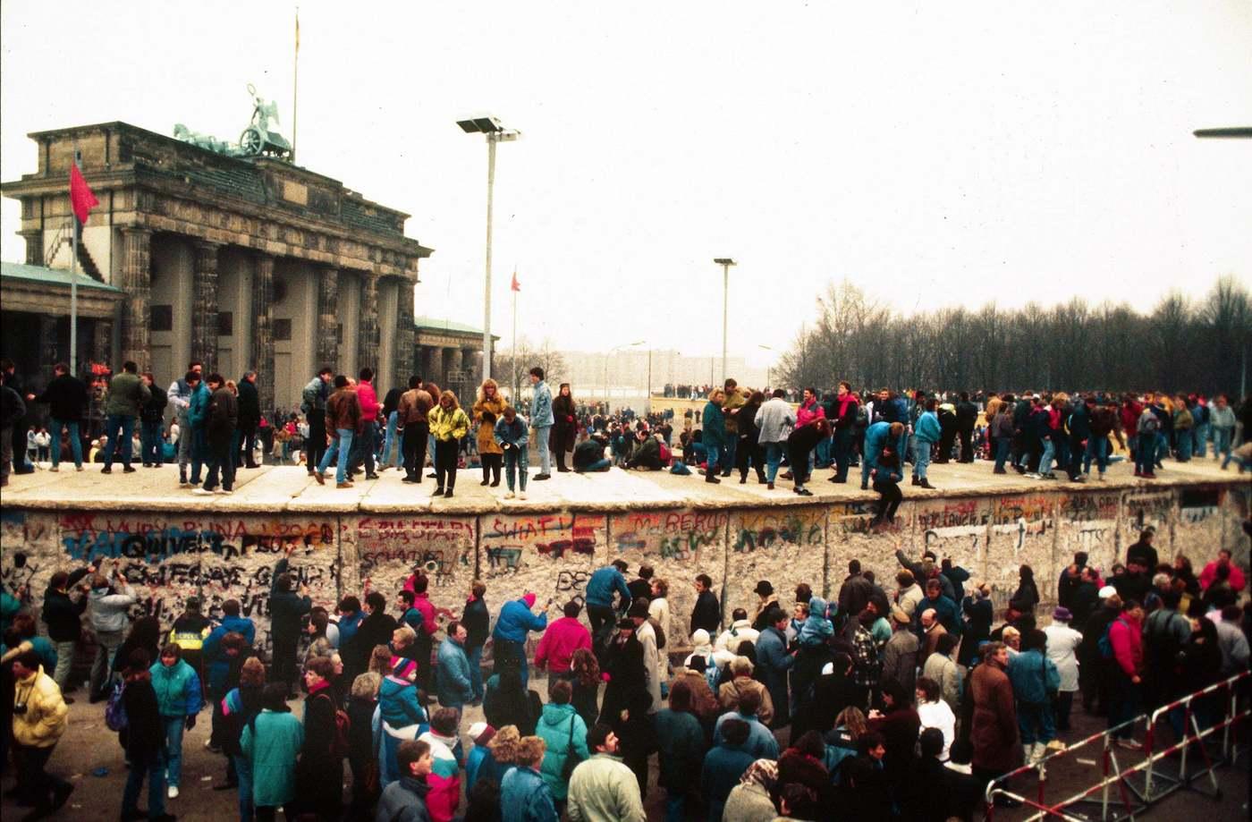 A Brandenburgi kapunál 1989. november 10-én emberek százai mászták meg a berlini falat. Az emlékművet elkerítő falszakaszt végül 1989. december 22-én nyitották meg.