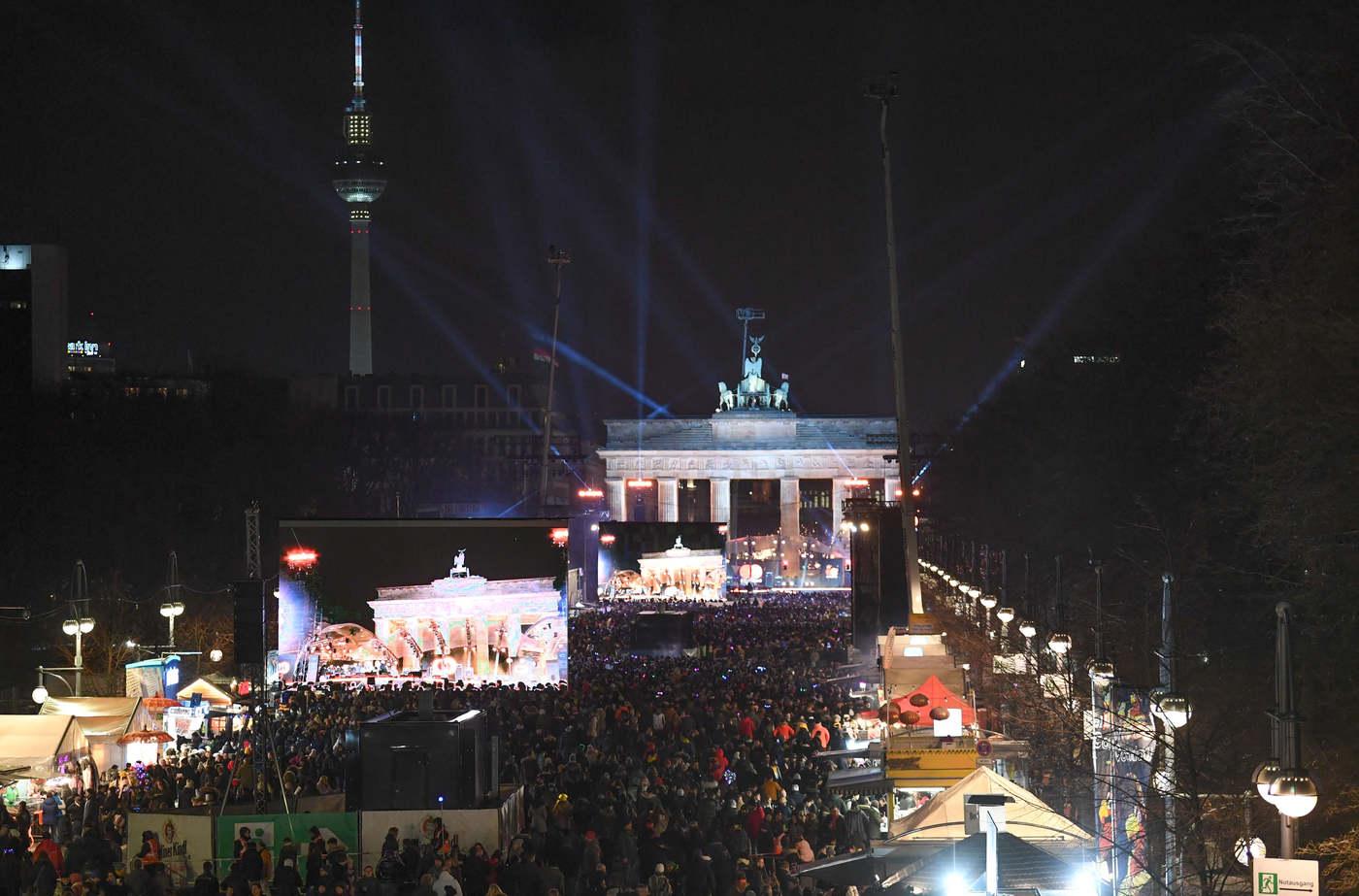 A Brandenburg kapu előtt is több ezren várják az éjfélt