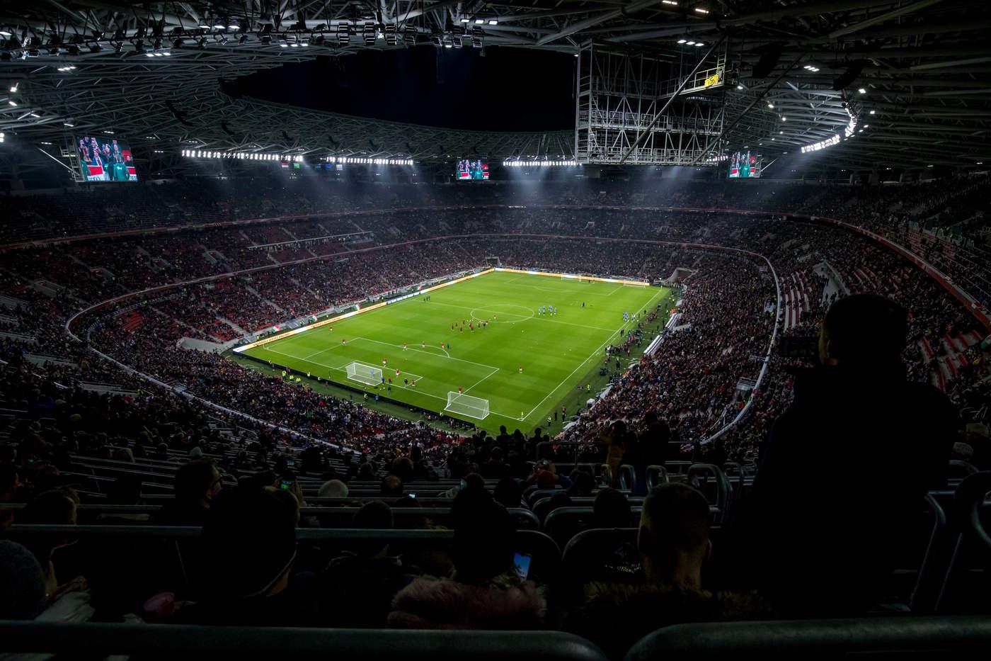 November: Végre átadták Budapesten a Puskás Arénát, a stadionban 67 ezer néző látta a Magyarország-Uruguay focimeccset. Jövőre négy találkozó lesz itt az Eb-n, júliusban pedig az Aerosmith koncertezik majd az arénában.