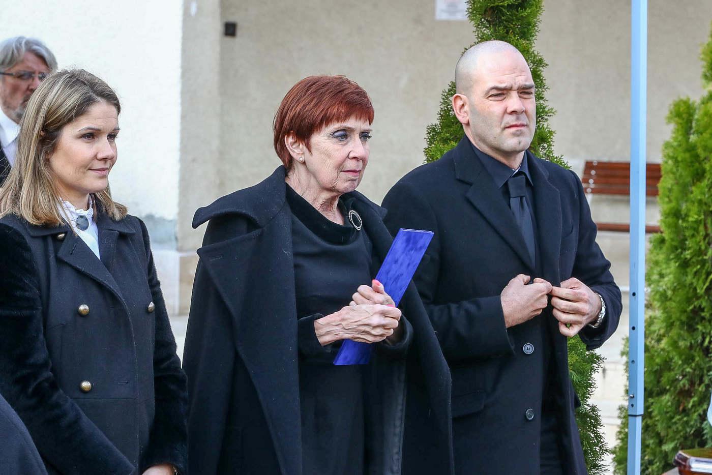Székely Éva lánya, Gyarmati Andrea Európa-bajnok úszó és unokája, Hesz Máté vízilabdázó.