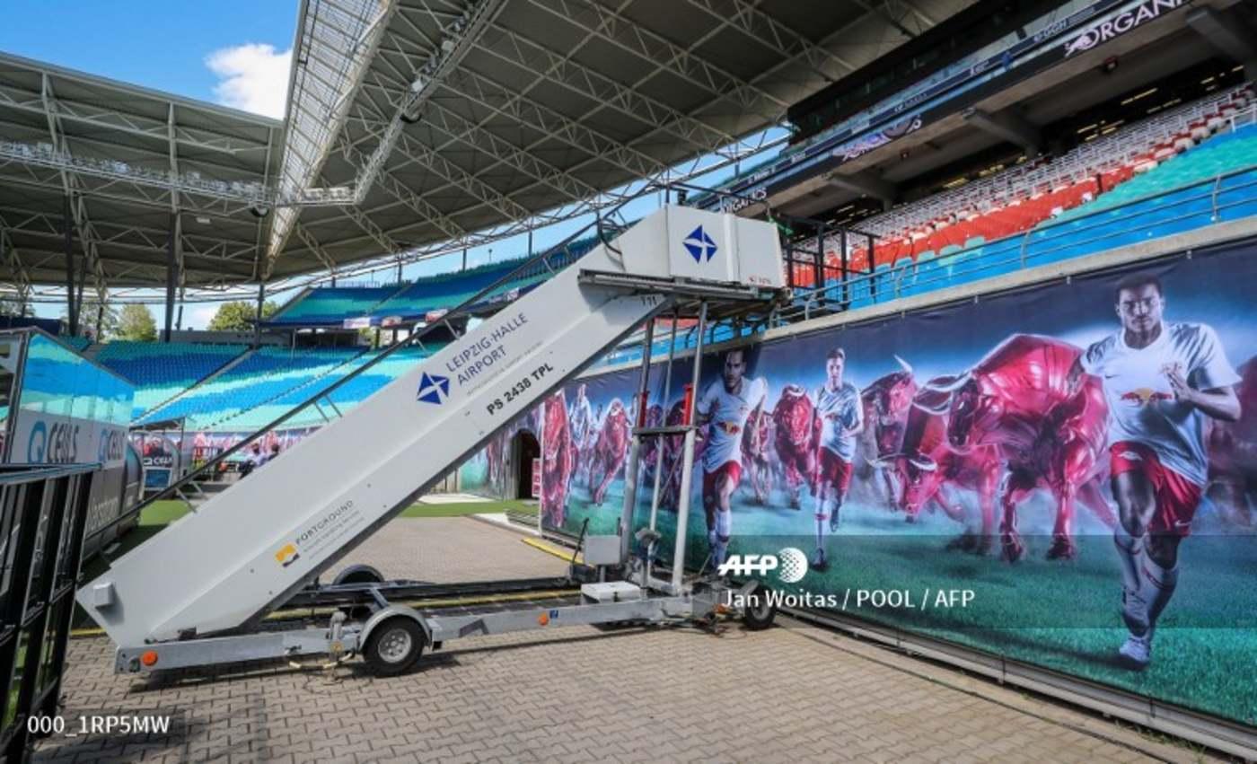 A cserejátékosok reptéri lépcsőn érkeztek a játéktérre