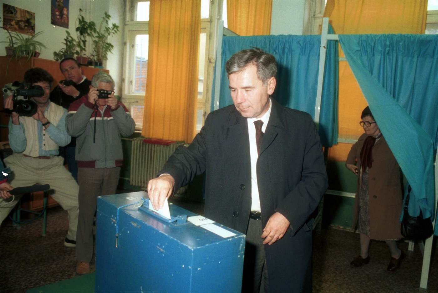 """Horn Gyula külügyminiszter leadja szavazatát. Nagy vihart kavart az 1989. februári MSZMP-ülésen elhangzott beszéde, amiben az 1956-os forradalomról beszélt: """"Nem is szabad megengednünk azt, hogy 1956 kapcsán valamiféle lelkiismereti válság keletkezzen mindazoknál, azokban, akik akkor fegyvert fogtak, mert akik fegyvert fogtak novemberben, és novemberben felléptek, azok az ellenforradalommal szemben léptek fel."""" (Fotó: MTI/Friedmann Endre)"""