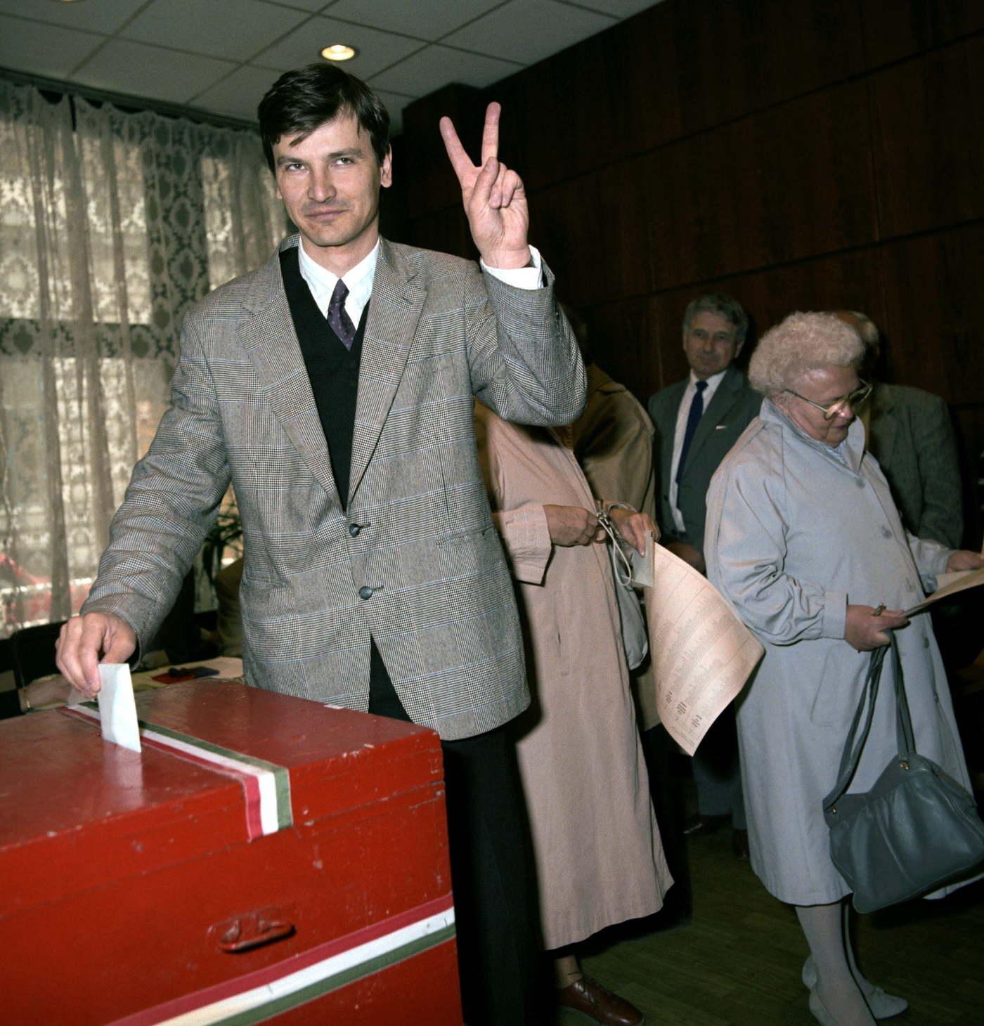 Demszky Gábor, a Szabad Demokraták Szövetsége alapító tagja leadja a szavazatát MTI Fotó: Hámor Szabolcs