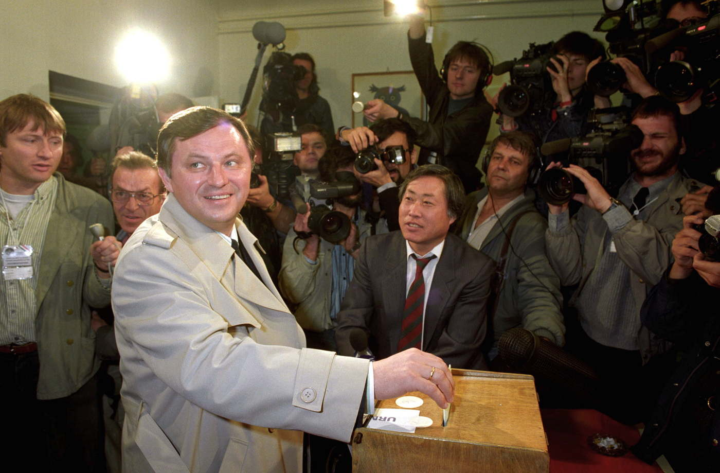 Németh Miklós, a Kádár-korszak utolsó miniszterelnöke adja le szavazatát. Az 1990-es választáson függetlenként indult, 1991-ben az EBRD egyik alelnöki székéért lemondott képviselői mandátumáról is. MTI Fotó: Soós Lajos
