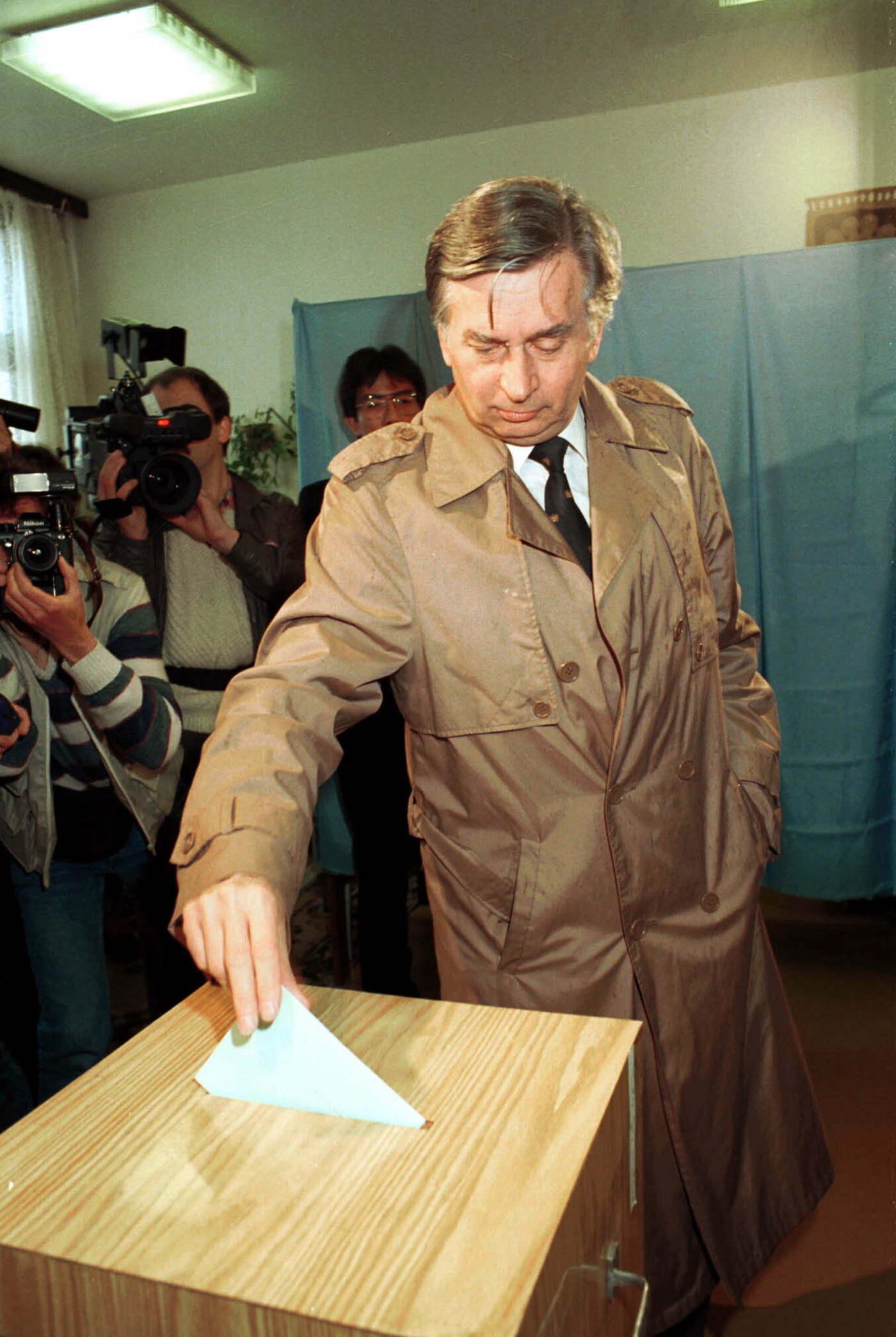 Antall József pártelnök (MDF) bedobja szavazócéduláját az urnába az első szabad választáson. MTI Fotó: Kovács Attila
