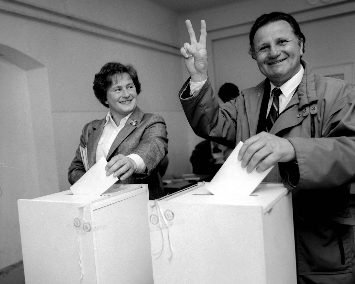 Für Lajos, a Magyar Demokrata Fórum (MDF) elnökségi tagja a győzelem jelét mutatja a kezével, miközben feleségével, Bíró Friderikával leadja szavazatát az 1990. évi első szabad magyar választáson. MTI Fotó: Hámor Szabolcs