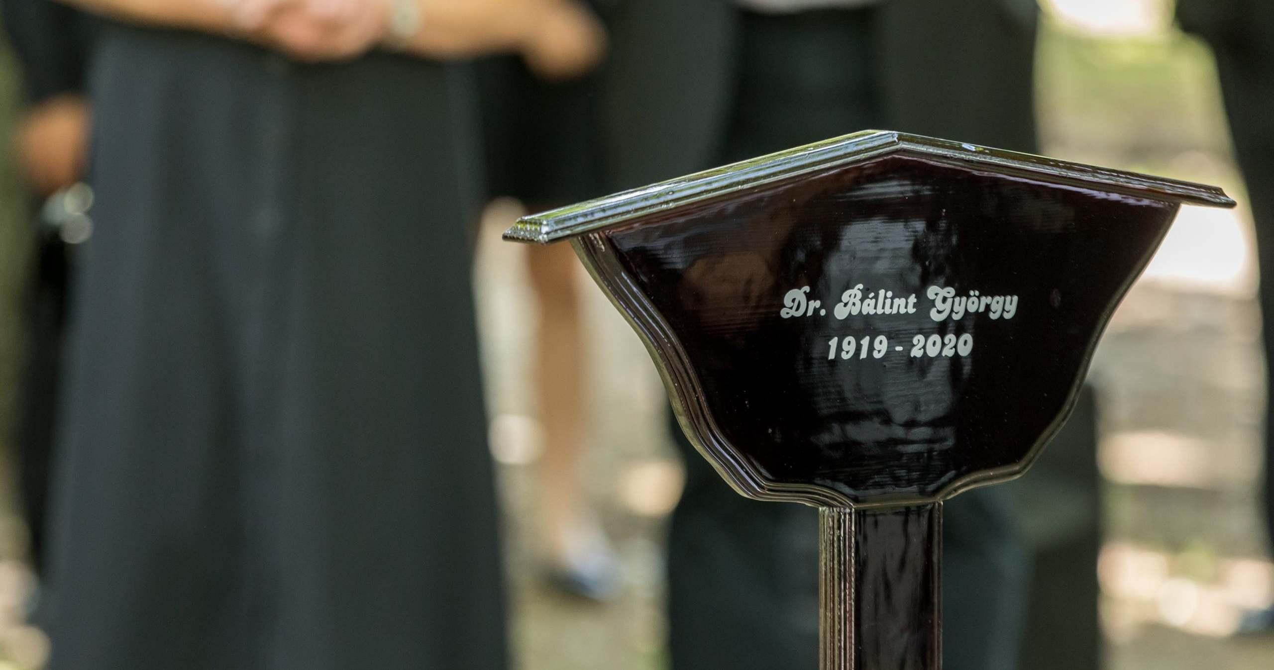 Egy hónappal a temetés után így néz ki Bálint gazda sírja – Videó