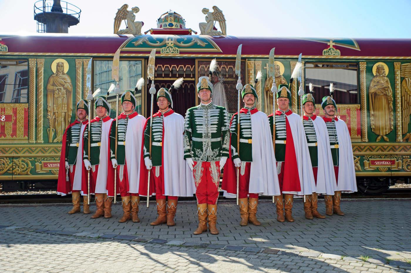 Az eredetileg 1938-ban elkészült, majd a II. világháborúban megsemmisült Aranyvonat újraépített Szent Jobb-ereklyeszállító kocsija a Vasúttörténeti Parkban 2020. augusztus 20-án, az államalapítás és az államalapító Szent István király ünnepén. Az ereklyeszállító kocsit a kormány megbízásából, a Magyar Nemzeti Múzeum irányításával a Dunakeszi Jármûjavítóban építették újra 5 év alatt, az eredetivel megegyezõen, de a mai vasúti közlekedésbiztonsági elõírásoknak megfelelõen. Az ereklyeszállító kocsiban a Szent Korona másolata látható, elõtte hagyományõrzõ koronaõrök állnak. MTI/Lakatos Péter