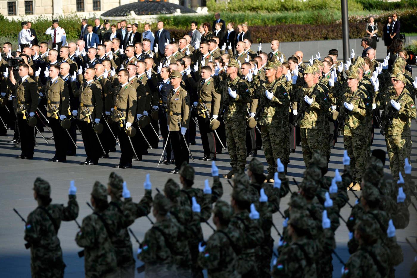 A honvédtisztjelöltek eskütétele az államalapító Szent István király ünnepe alkalmából tartott díszünnepségen és tisztavatáson az Országház elõtt, a Kossuth Lajos téren 2020. augusztus 20-án. MTI/Máthé Zoltán