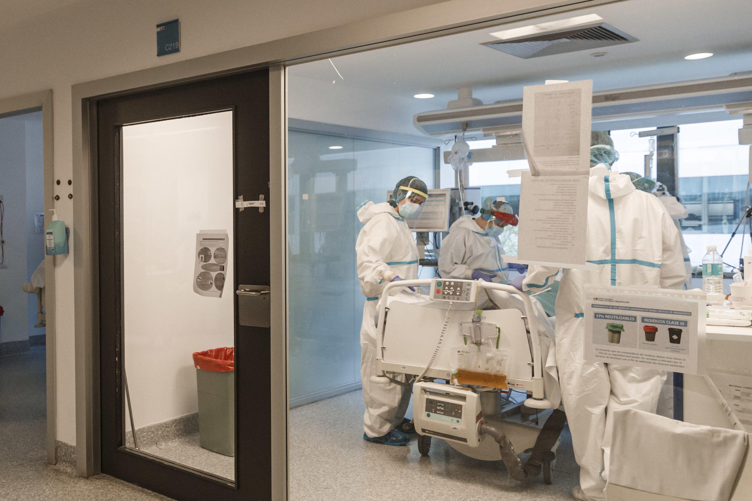 Kiderült, milyen eséllyel adják át a beoltottak a koronavírust