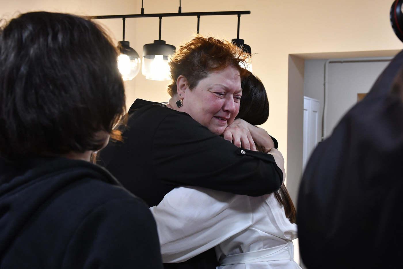 Sírva mondott köszönetet a házért. Fotó: TV2