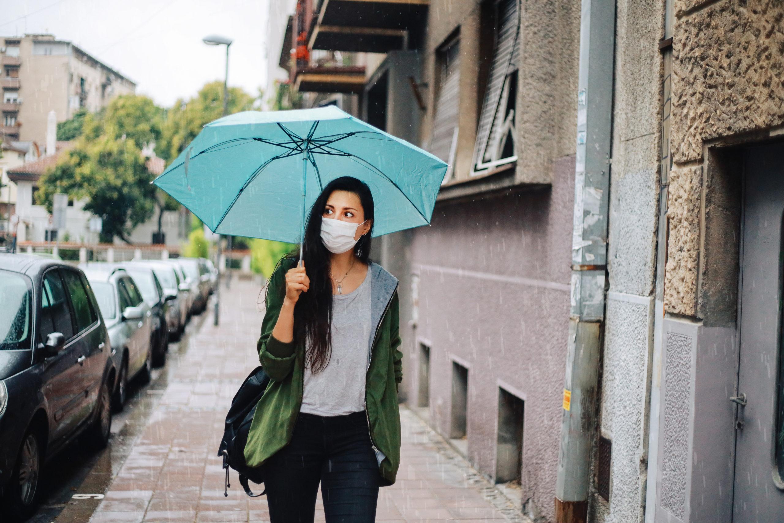 Időjárás illusztráció, esernyős lány.