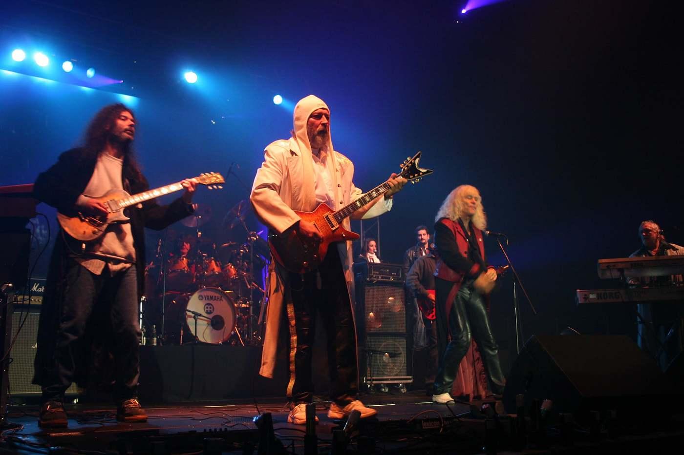 Csíkszereda, 2005. október 22. A 2005. október 21-én készült felvételen a romániai Csíkszeredán a mûjégpályán az Omega együttes ad koncertet, melynek bevételét a székelyföldi árvízkárosultaknak adományozzák. MTI Fotó: Haáz Sándor
