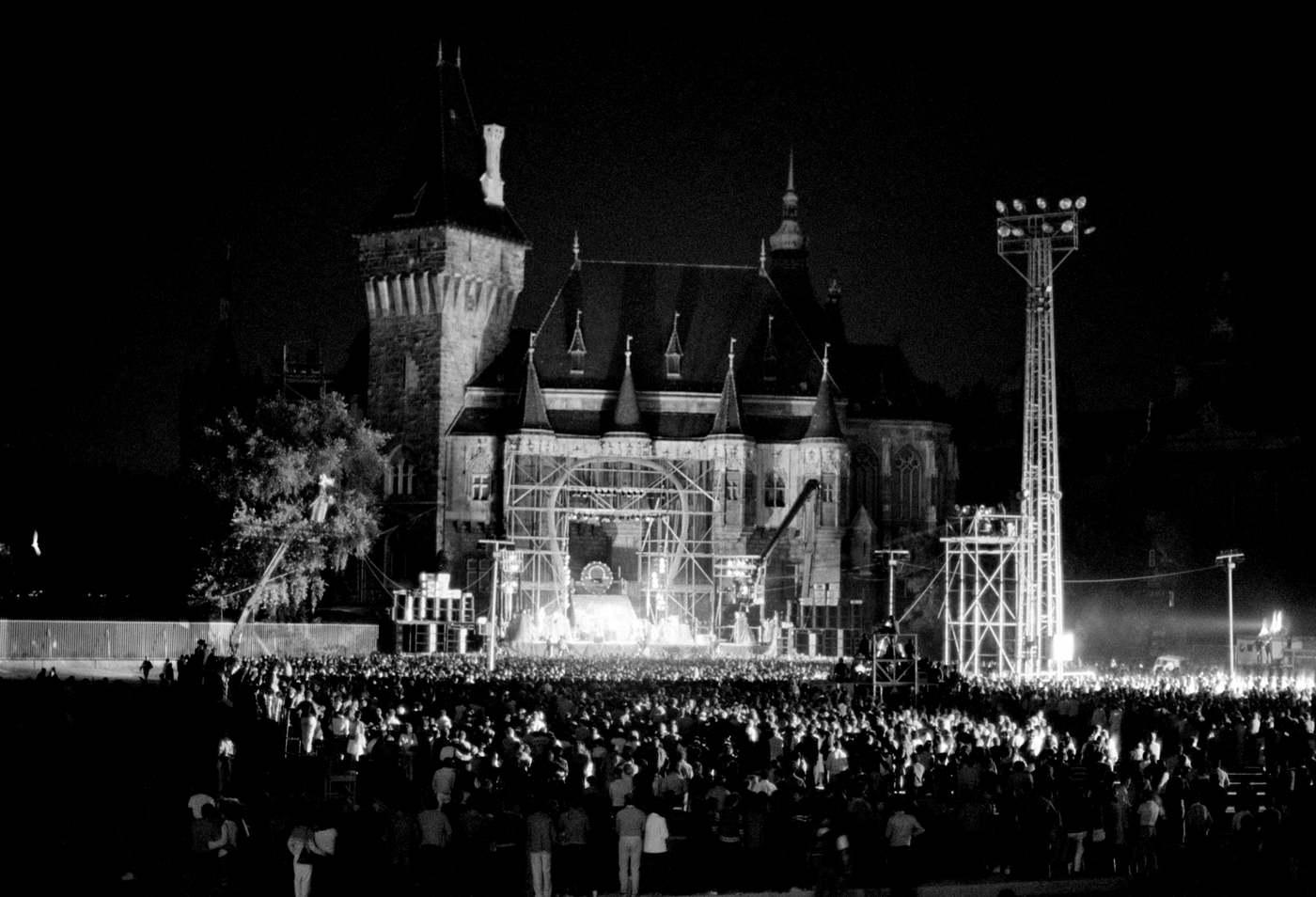 Budapest, 1984. szeptember 9. Az Omega együttes tagjai a városligeti Vajdahunyad vára mellett, a leeresztett csonakázótó betonteknõjében felállított színpadon adnak koncertet. Ez volt az együttes 1982 és 1986 közötti legnagyobb koncertje. MTI Fotó: Földi Imre
