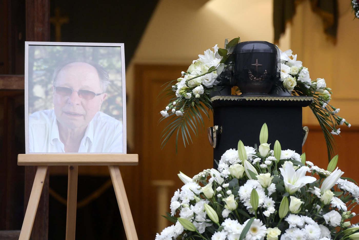 Az életének 70. évében elhunyt Balázs Fecó ravatala az Óbudai temetőben (Fotó: MTI / Koszticsák Szilárd)