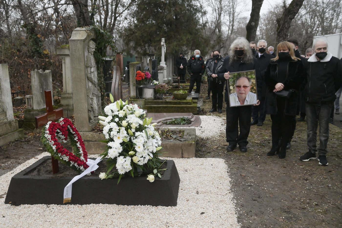Gyászolók kísérik utolsó útjára Fecót (Fotó: MTI / Koszticsák Szilárd)