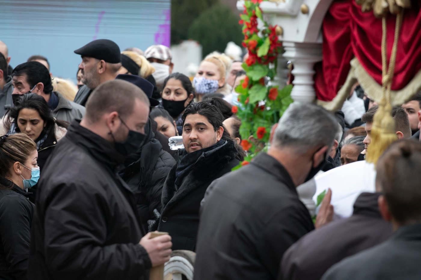 Kis Grófo fájdalommal, de méltósággal viseli édesapja halálát. Szívhez szólóan énekelt a temetésen.