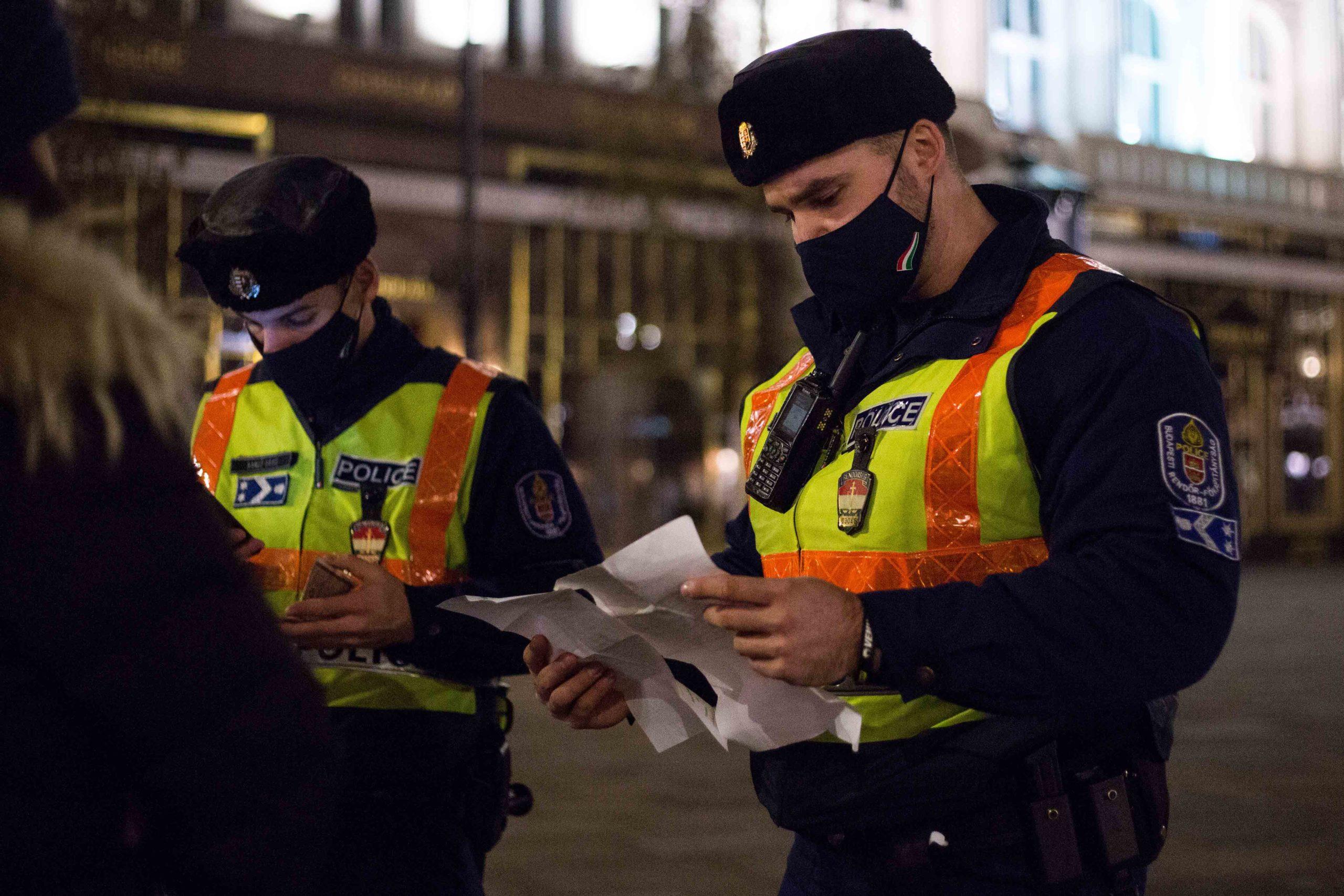 rendőr papírokat néz