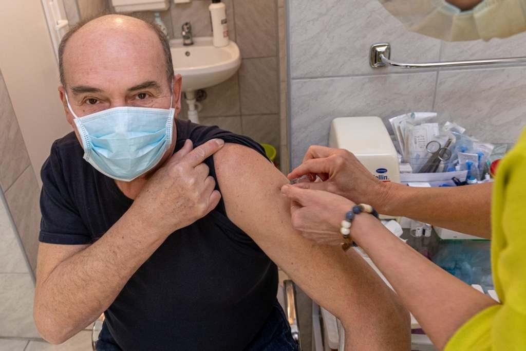 Sorban állnak a kínai vakcináért Dr. Mangó Gabriellánál