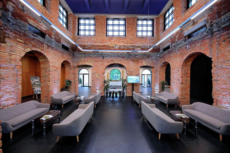 A telek két értékes, Freund Vilmos által tervezett, régi épületét az örökségvédelmi szempontok figyelembe vételével újították fel