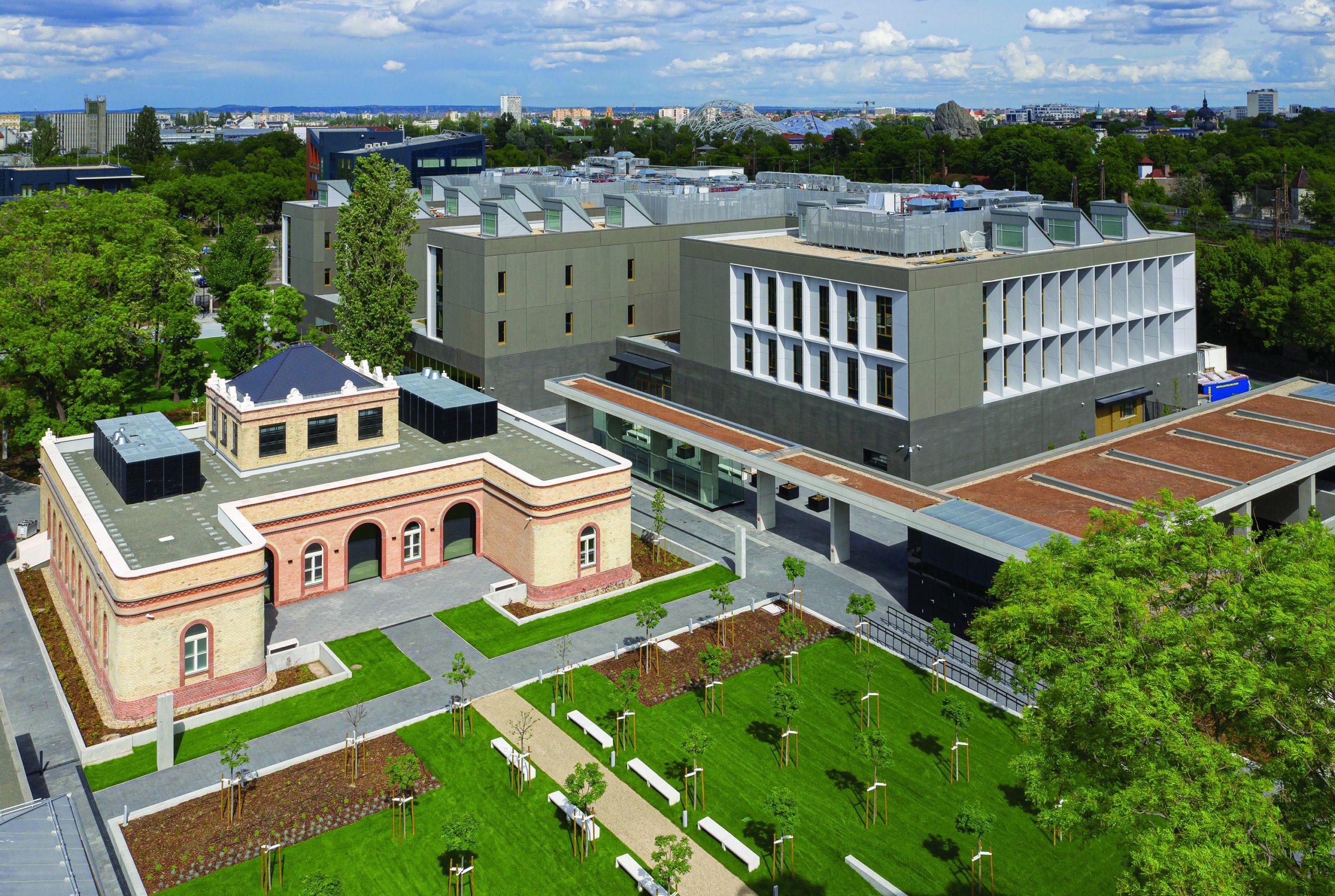 A londoni British Museum és a szentpétervári Ermitázs frissen elkészült, illetve a párizsi Louvre kivitelezés alatt álló szakmai intézményeivel összevetésben is állja a versenyt a hazai fejlesztés