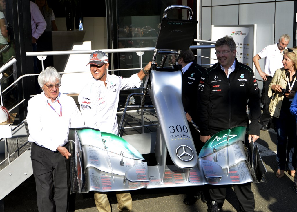 Ecclestone (balra) szerint Schumi már 1998-ban a Mercedeshez akart igazolni