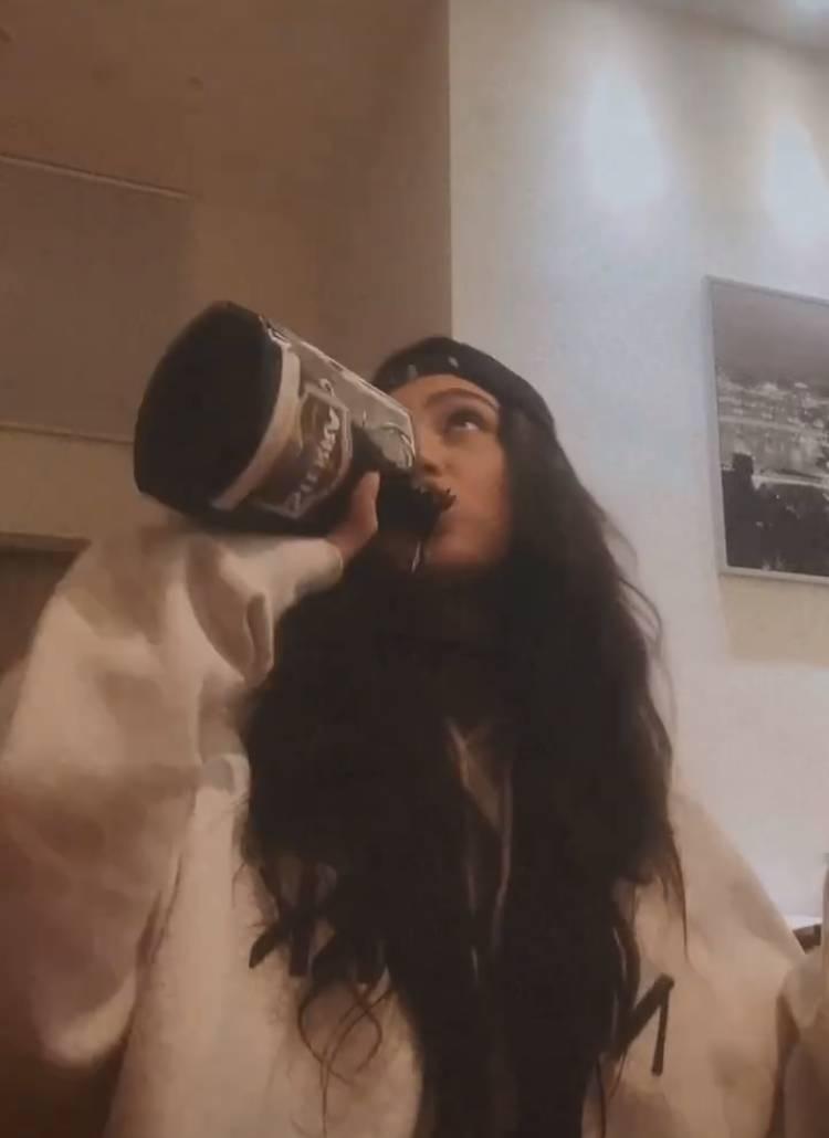 Tóth Andi üvegből issza az alkoholt