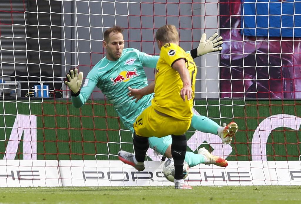 Gulácsi nyártól akár Haaland (háttal) csapattársa is lehet Dortmundban