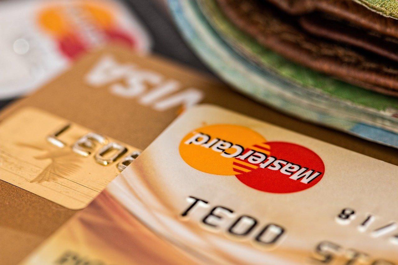 Több banknál is jár a kártya mellé biztosítás