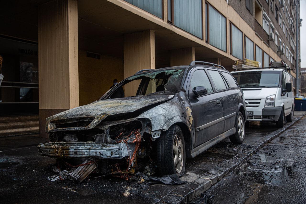 Az óbudai kigyulladt autók tulajdonosait egyelőre nem találja a rendőrség.
