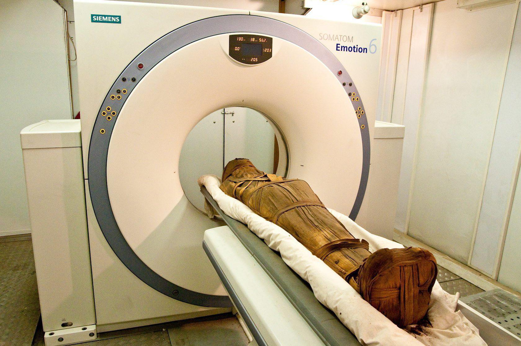 CT-vizsgálatnak vetnek alá egy múmiát Kairóban