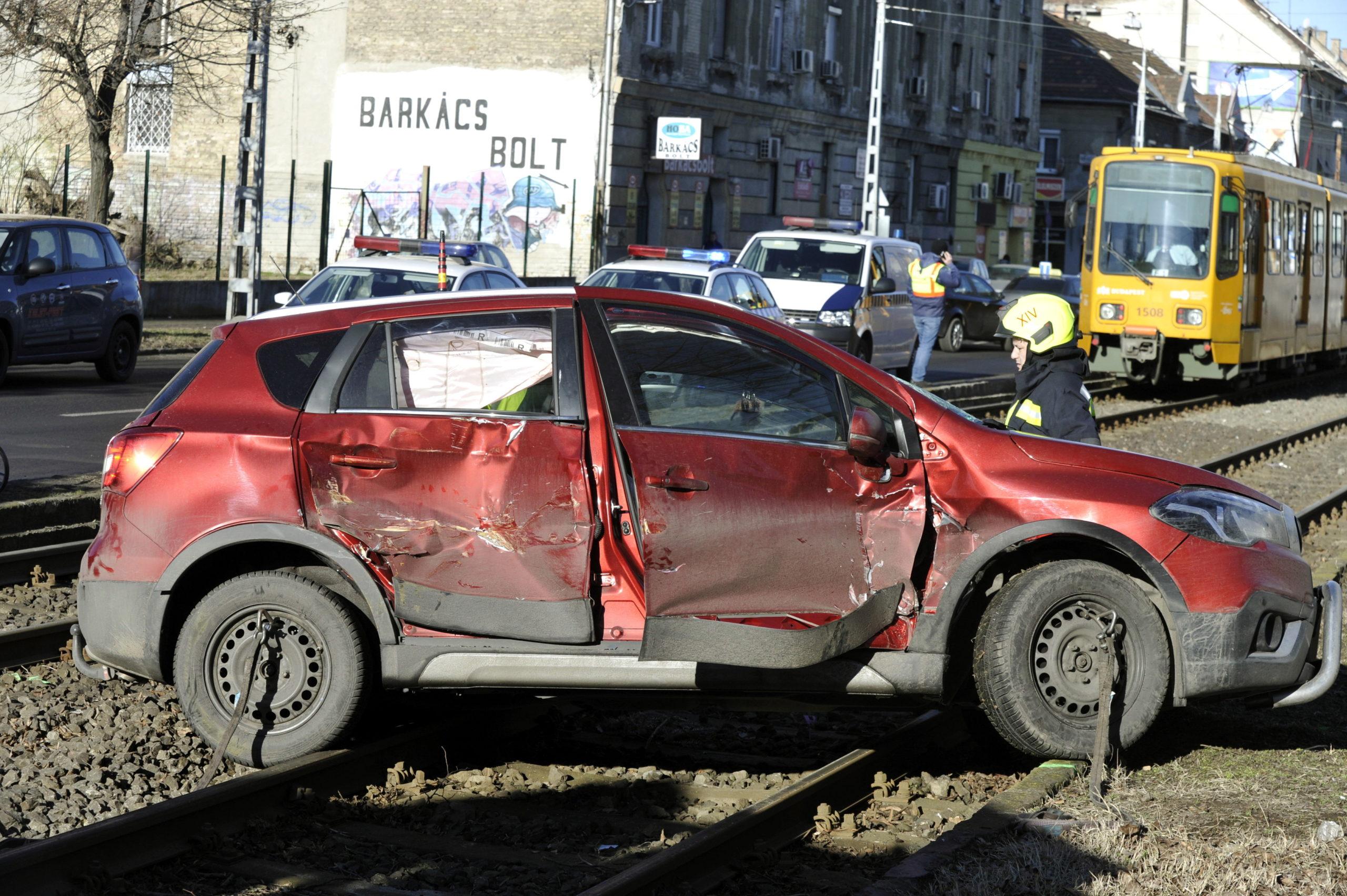 Villamos ütközött autóssal