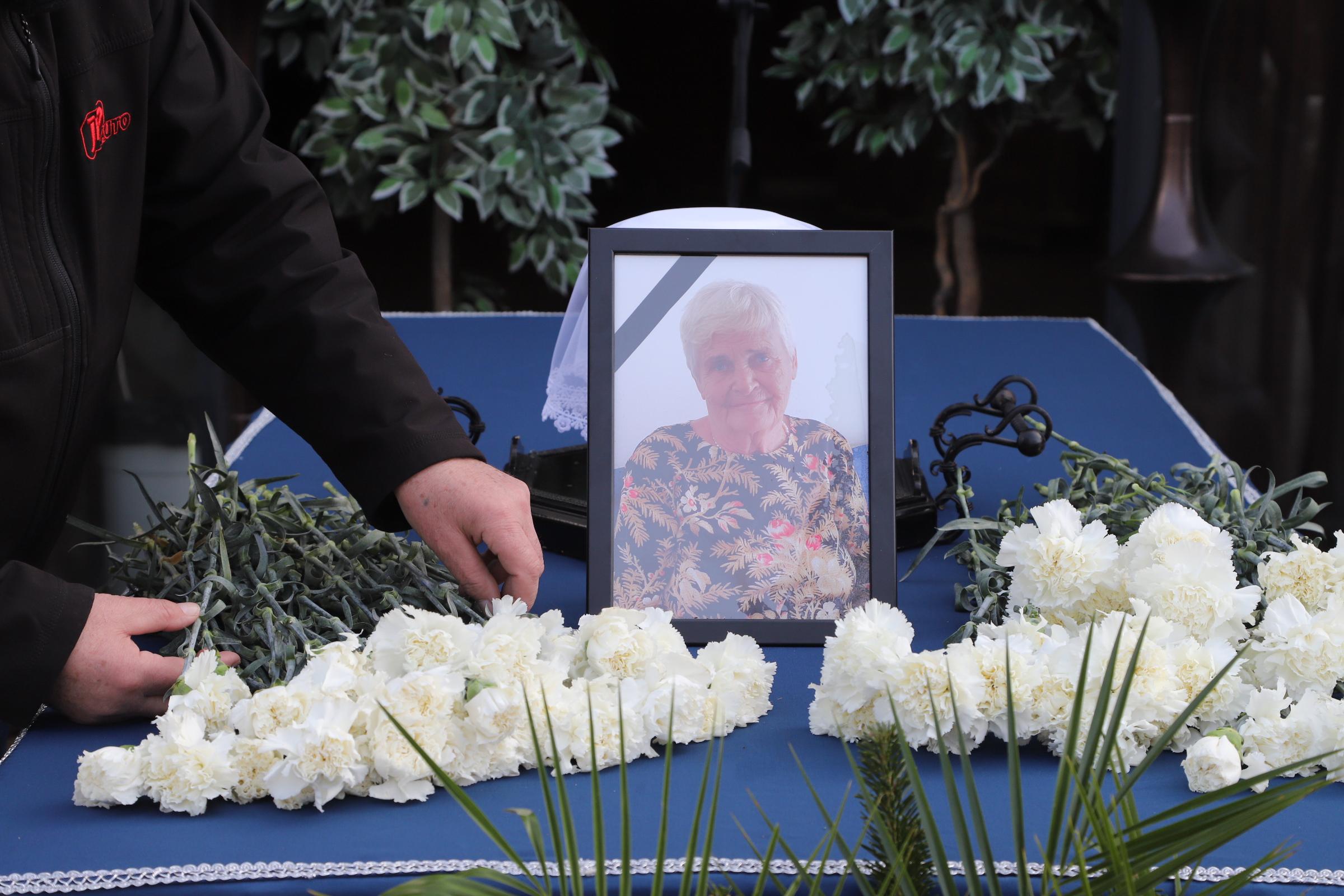 Jolika néni temetése