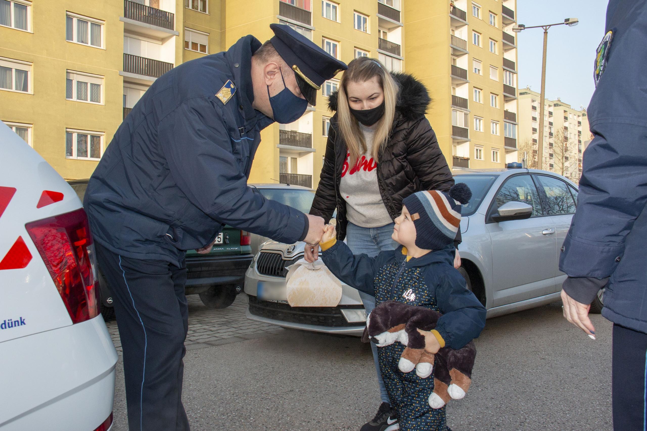 rendőrök vitték bölcsibe a kisfiút