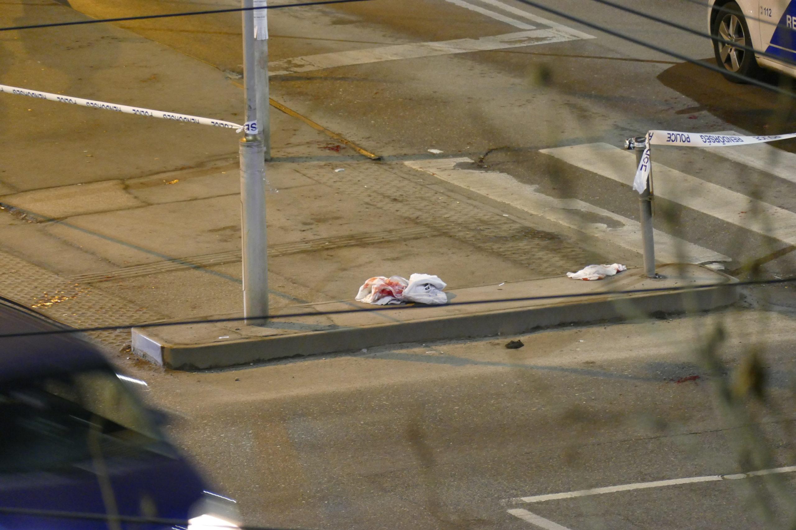 A véres ruhadarab jóval a budapesti buszos késelés után is ott hevert az utcán.