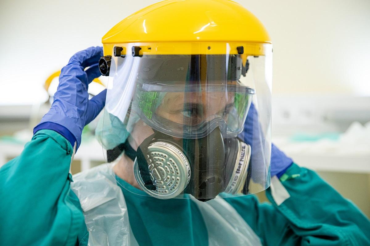 Az orvosi szakszemélyzet teljes védőfelszerelésben dolgozik covid részlegen