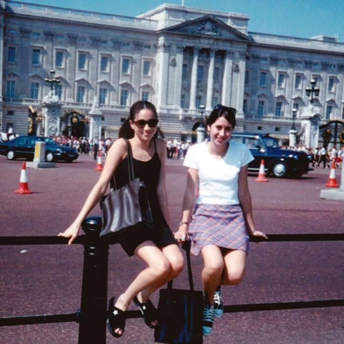 Meghan Markle tiniként a Buckingham-palota előtt