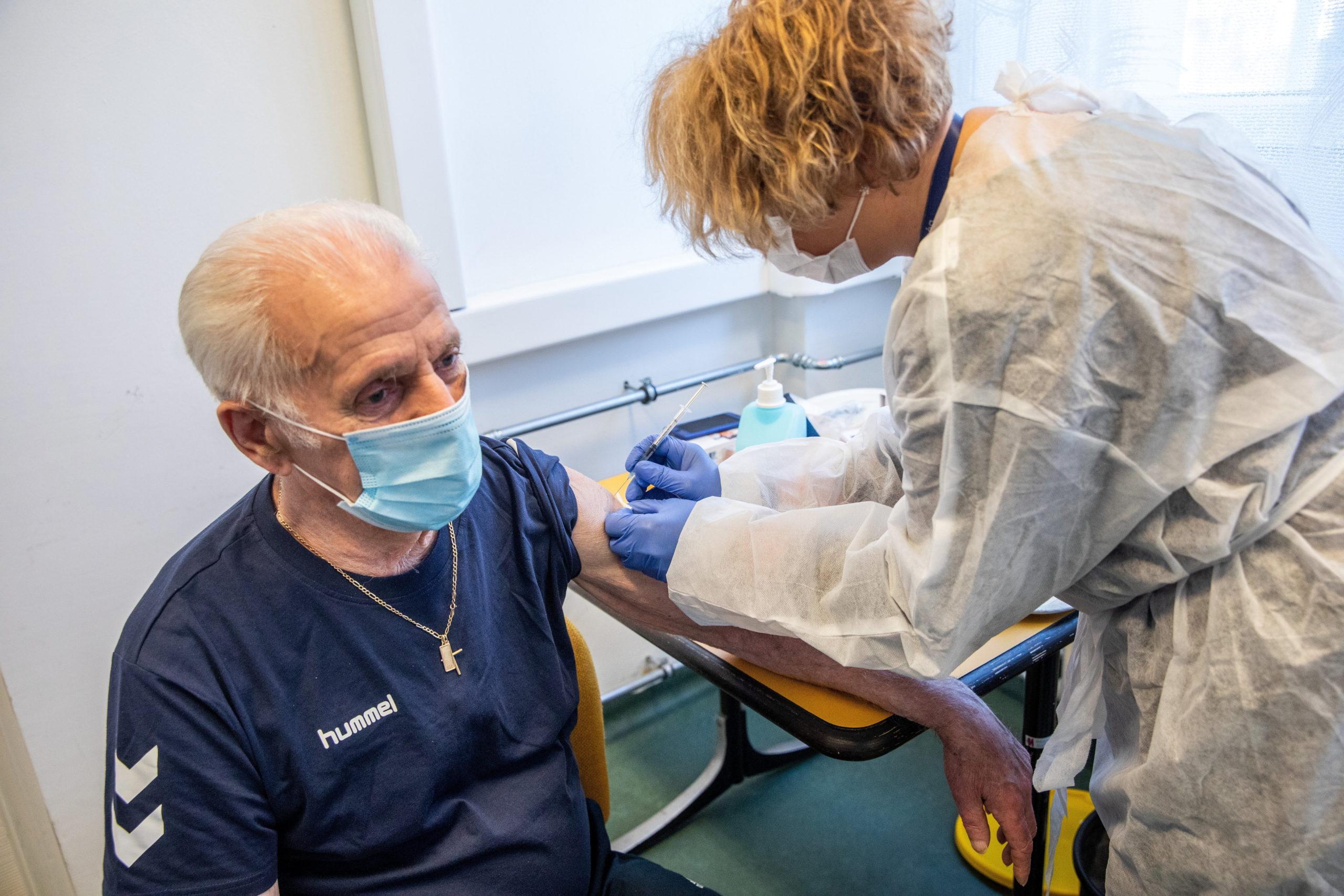 idős férfi a pfizer-biontech vakcinát kapja