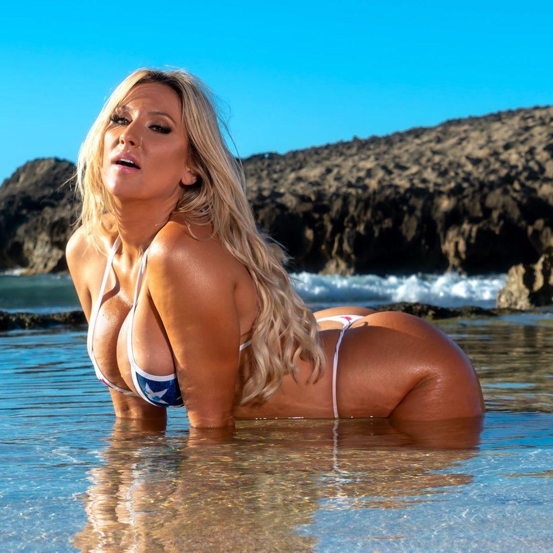 Kayla Moody a strandról üzent