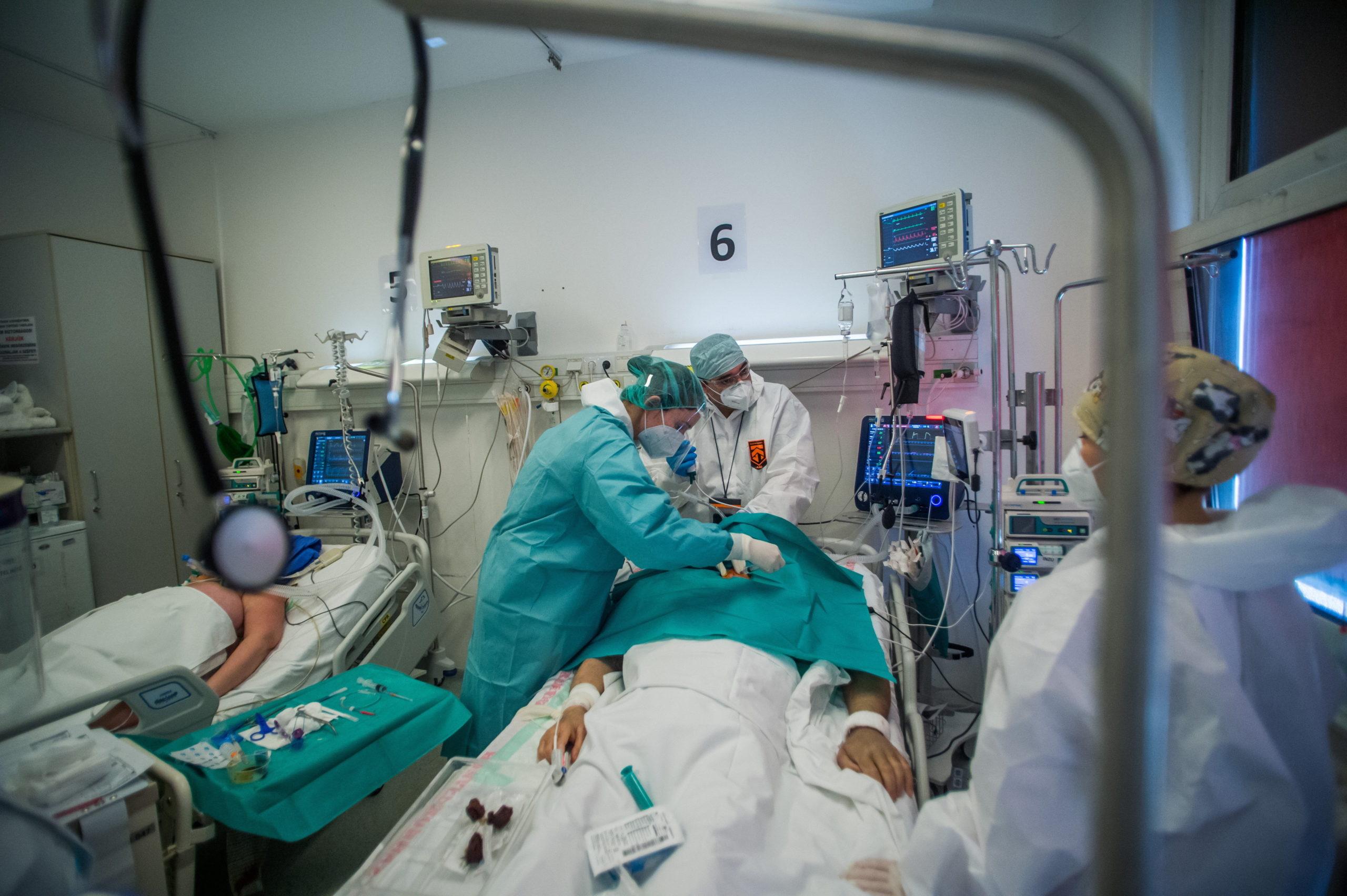 Lélegeztetett beteget látnak el védõfelszerelést viselõ orvosok és ápolók a fõvárosi Honvédkórház koronavírussal fertõzött betegek fogadására kialakított intenzív osztályán