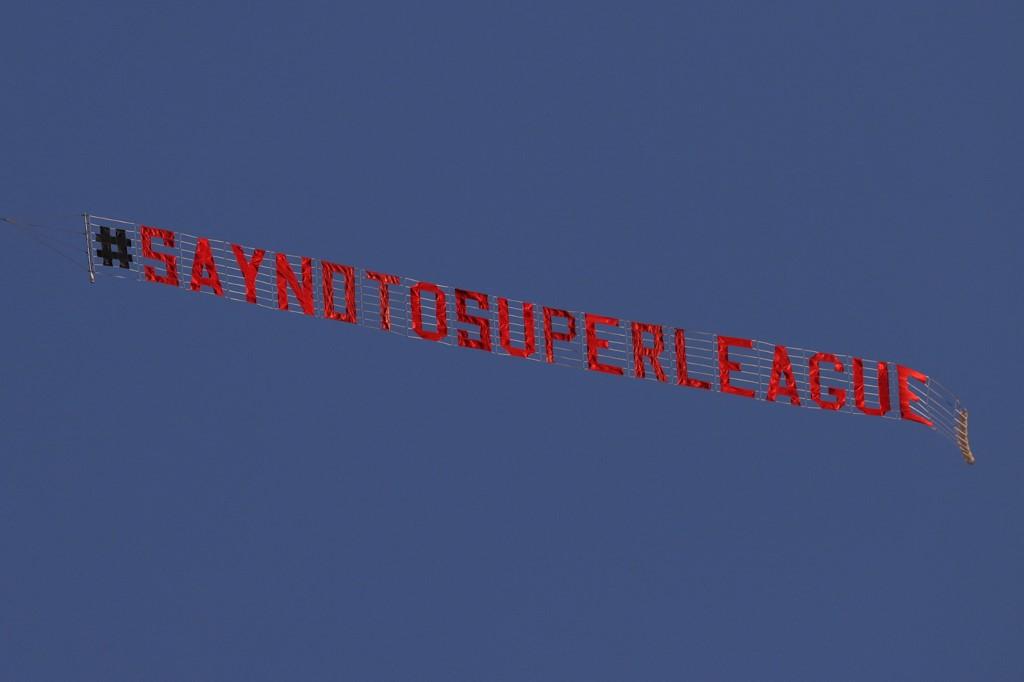 """Repülőgép húzta a szurkolók válaszát: """"Mondj nemet a Szuperligára"""""""