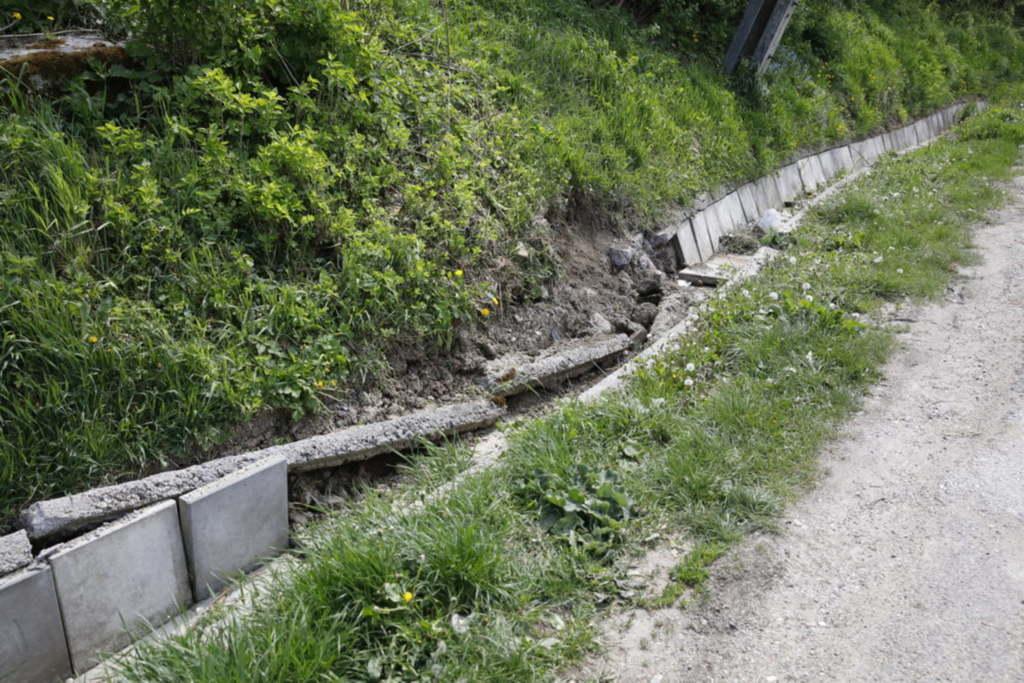 Az árok betonburkolata darabokra tört