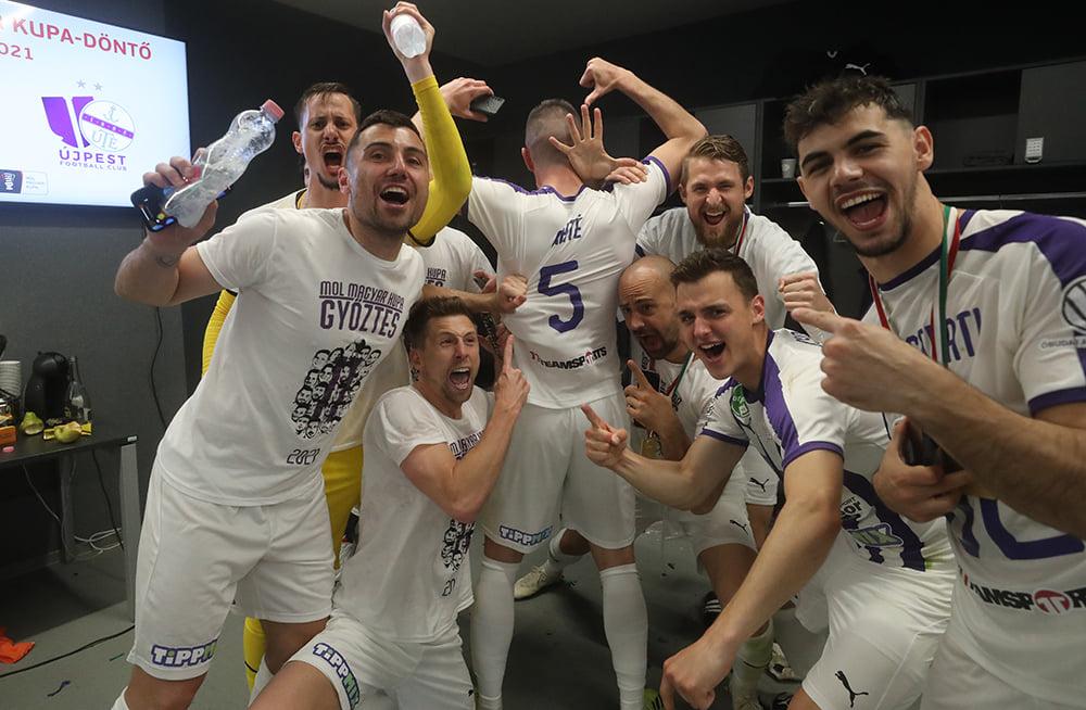 Máté Zsolt (háttal) hétfőn játékosként ünnepelt