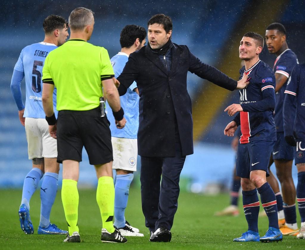 A felháborodott Verratti (jobbra) és Kuipers sporttárs között a PSG-edző Mauricio Pochettino