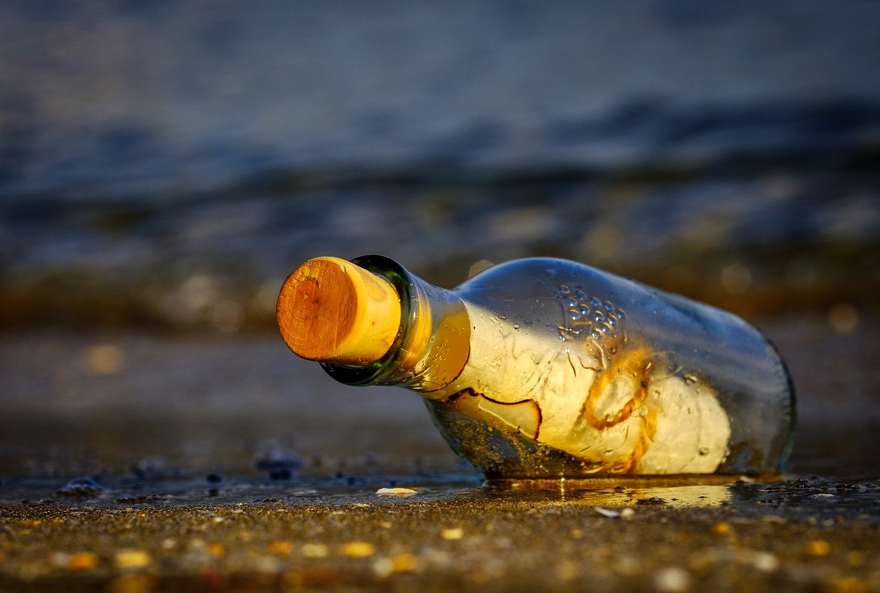 A Titanic utasa dobhatta a vízbe a palackpostát