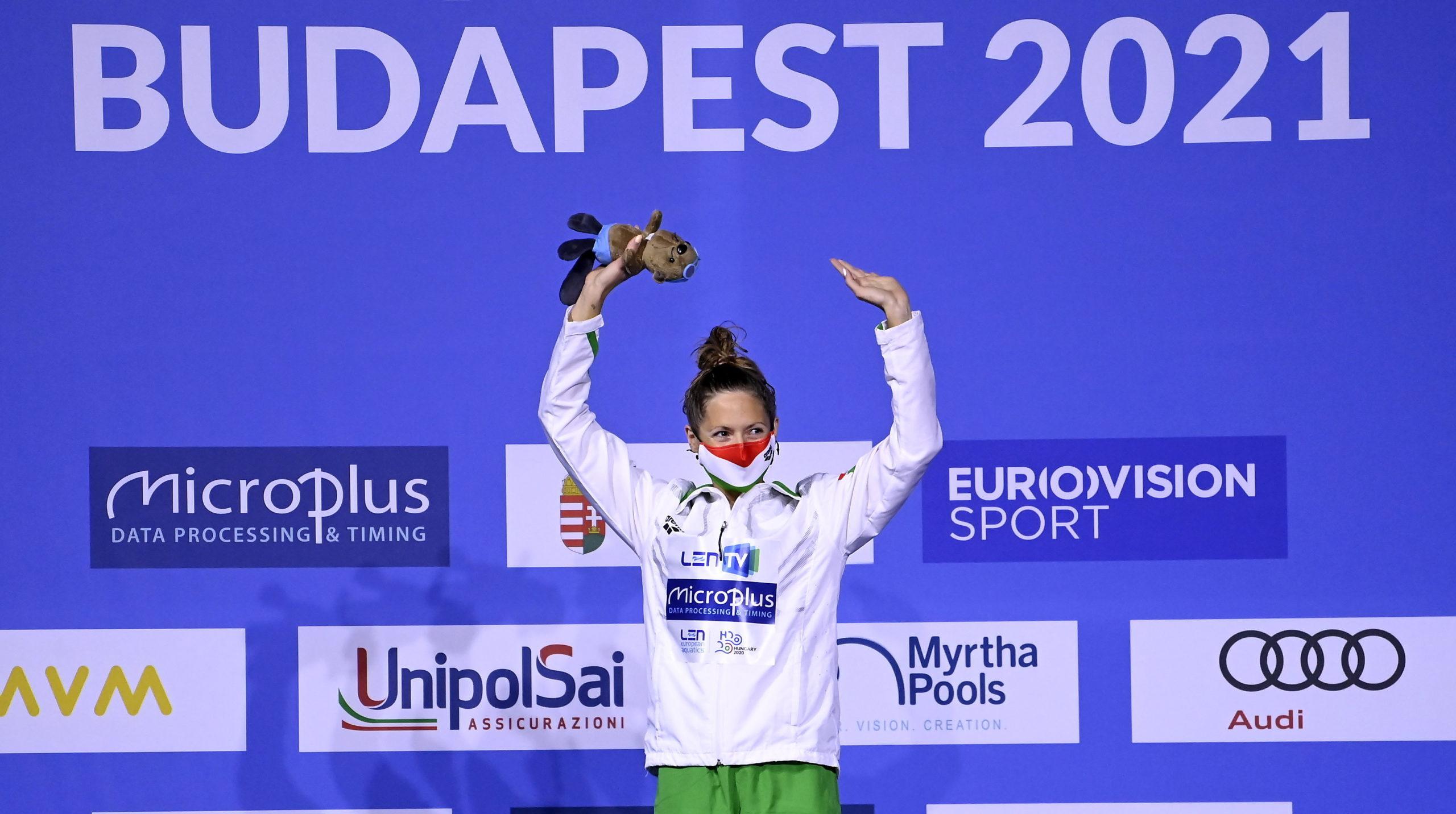 A gyõztes Kapás Boglárka a nõi 200 méteres pillangóúszás eredményhirdetésén a budapesti vizes Európa-bajnokságon a Duna Arénában 2021. május 20-án.
