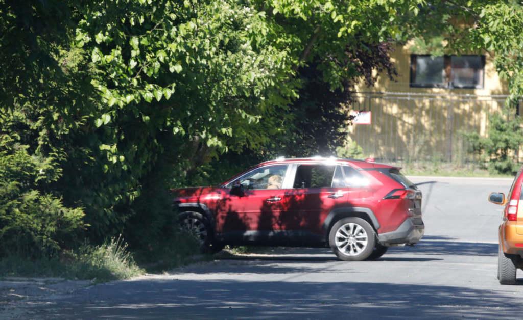 Az óbudai kis utcában fotózta le a Bors az autójába beszálló új barátnőt